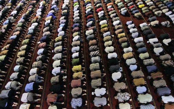 Indonesians pray-smaller